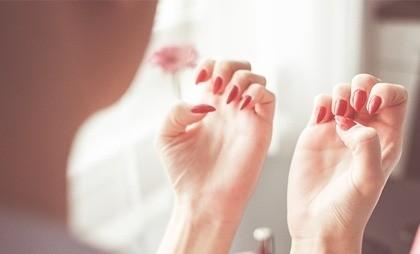 Почему люди грызут ногти и что с этим делать?